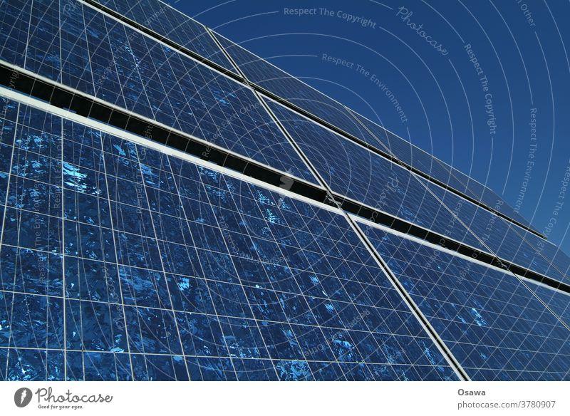 Sonnenkollektor gegen klaren blauen Himmel Sonnenenergie Solarzelle Energie Energiewirtschaft Kraft Kraftwerk Stromversorgung Erneuerbare Energie