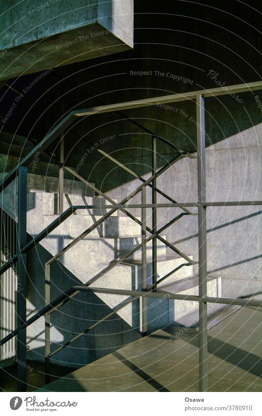 Betontreppe mit Stahlgeländer Treppe Geländer Gebäude Haus Bauwerk Architektur Treppenhaus grau Monochrom Schatten Schlagschatten Sonnenlicht Wand Mauer