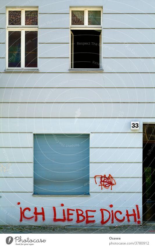 33 iCH LiEBE DiCH! Hausnummer Fassade Gebäude Wand Fenster Graffiti Tag Schriftzeichen Schmiererei Sachbeschädigung Farbe Rot Botschaft Liebe ich liebe dich