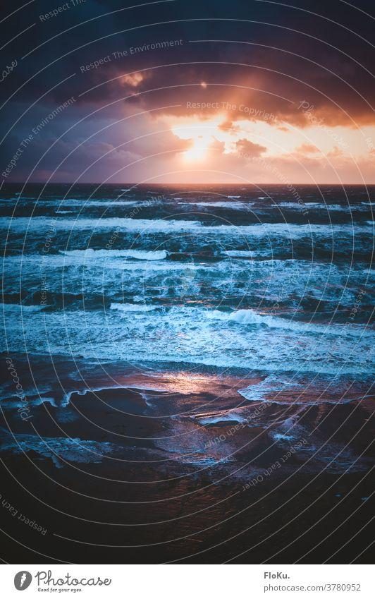 Nordsee Brandung im Abendlicht Umwelt Natur Landschaft Urelemente Wasser Sonnenuntergang Küste Strand Meer wild blau Außenaufnahme Reflexion & Spiegelung Gischt