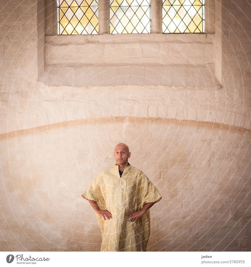 kopfarbeit. Mönch Robe Talar Kutte Fenster Bleiglasfenster Wand Religion & Glaube Buddhismus Farbfoto Buddha Meditation Zen Kultur Yoga Frieden Weisheit Gebet