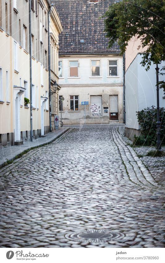 empty streets (30). Straße Pflasterweg Pflastersteine Außenaufnahme Menschenleer Tag Wege & Pfade Stadt grau Verkehrswege Farbfoto Bürgersteig Kopfsteinpflaster