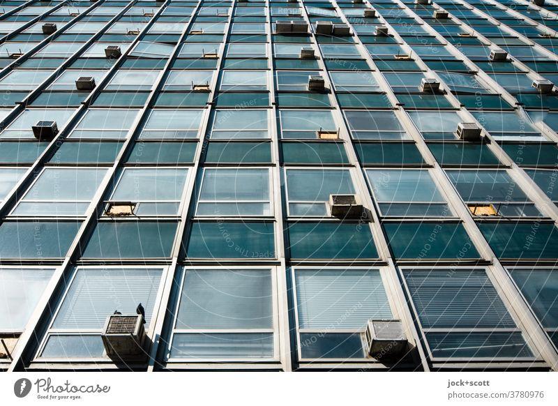 Kein Blick hinter die Fassade Architektur retro Sozialismus Verwaltungsgebäude Strukturen & Formen Froschperspektive Stil Klimaanlage Symmetrie authentisch