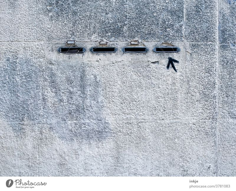 Rechtswähler Wand Fassade Farbfoto grau trist Textfreiraum Schlitz vier Pfeil Hinweis Außenaufnahme Mauer Menschenleer Gebäude rechts Beton schwarz Graffiti