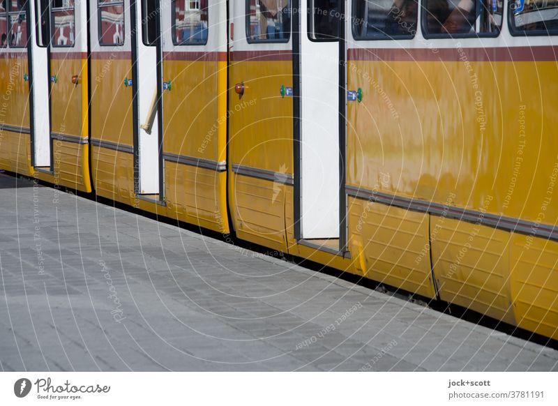Straßenbahn ist an der Haltestelle gerade zum Stehen gekommen Türrahmen retro Mobilität offen Öffentlicher Personennahverkehr Verkehrsmittel Verlässlichkeit