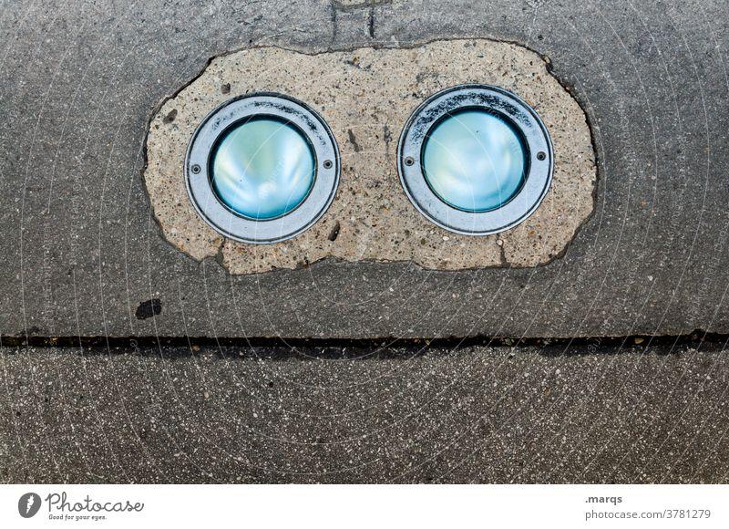 Wall-E Asphalt Beleuchtung Scheinwerfer Linie Gesicht skurril lustig Vogelperspektive