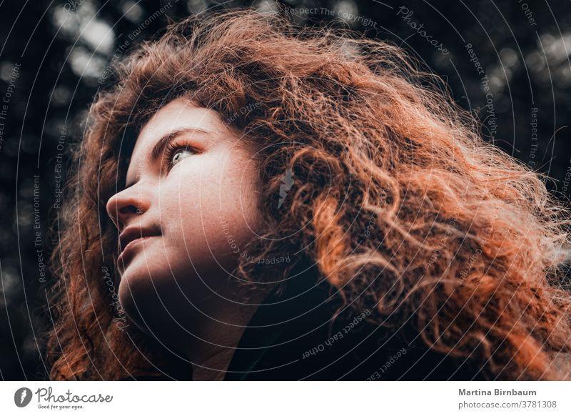 Junge Frau mit wilden roten Lockenhaaren schaut hoffnungsvoll in die Ferne Gesicht Mädchen eine schön Kaukasier Schönheit Person Quadrat Frisur Kräusel Menschen