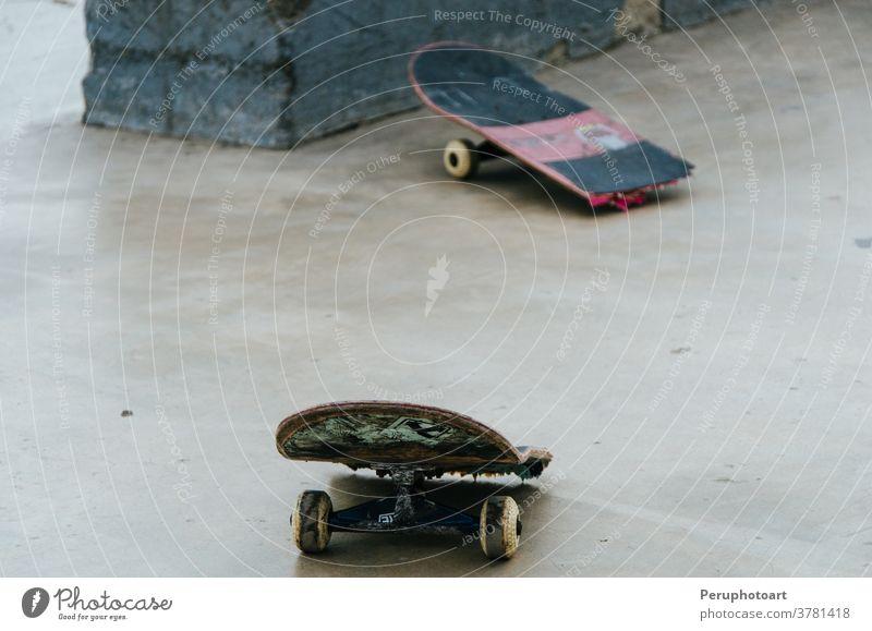 Kaputtes Skateboard gebrochen Schlittschuh Skateboarding schwarz Sport Hintergrund weiß Holzplatte extrem schön Design Straße Beton Verlassen Bürgersteig