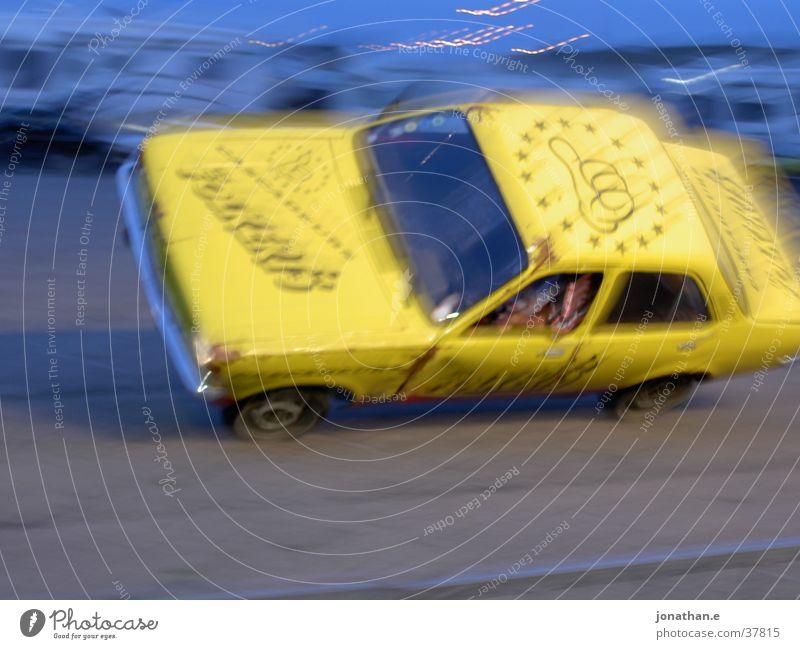 car stunt gelb PKW Verkehr Geschwindigkeit Show Stunt
