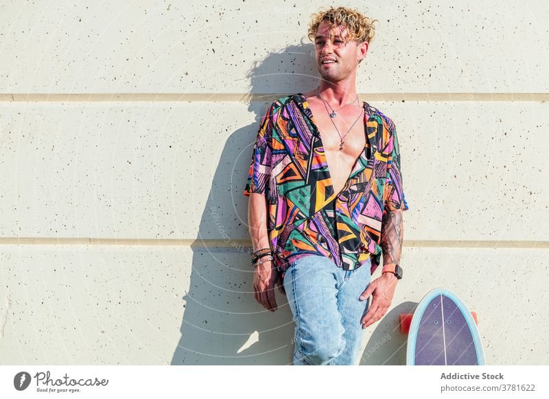 Inhalt männlicher Hipster mit Skateboard in der Stadt trendy Skater Mann sorgenfrei sonnig urban Stil Hobby Großstadt Sommer cool selbstbewusst Lächeln Straße