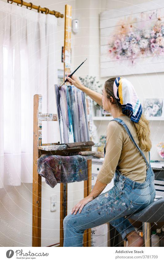 Weibliche Künstlerin malt auf Leinwand in der Werkstatt Frau Farbe Staffelei kreativ zeichnen Kunst Talent Arbeit farbenfroh Bild Hobby Handwerk Inspiration