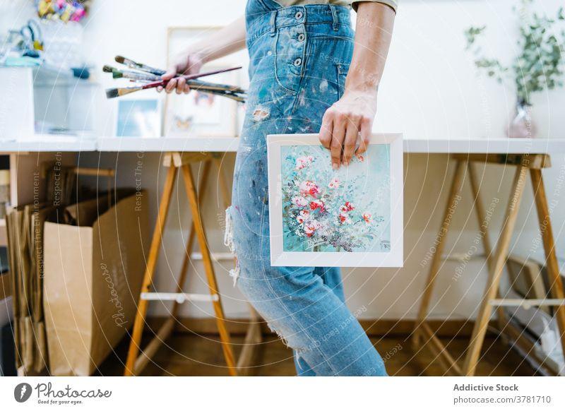 Künstlerin im Workshop Frau Farbe gesichtslos Staffelei Leinwand kreativ Werkstatt zeichnen Kunst Talent Arbeit farbenfroh Bild Hobby Handwerk Inspiration