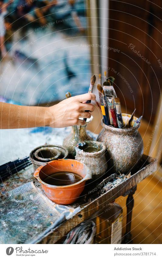 Kreative Handwerkerin malt Bild in der Werkstatt Frau Künstler Farbe Pinselblume kreativ Leinwand zeichnen Kunst Arbeit Talent Bürste Werkzeug Hobby Inspiration