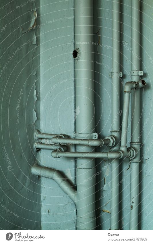 Technische Gebäudeausrüstung in schlechtem Zustand Rohre Heizungsrohre Haustechnik Gebäudetechnik Leitungen Fallleitung Wasser Abwasser alt marode außer Betrieb