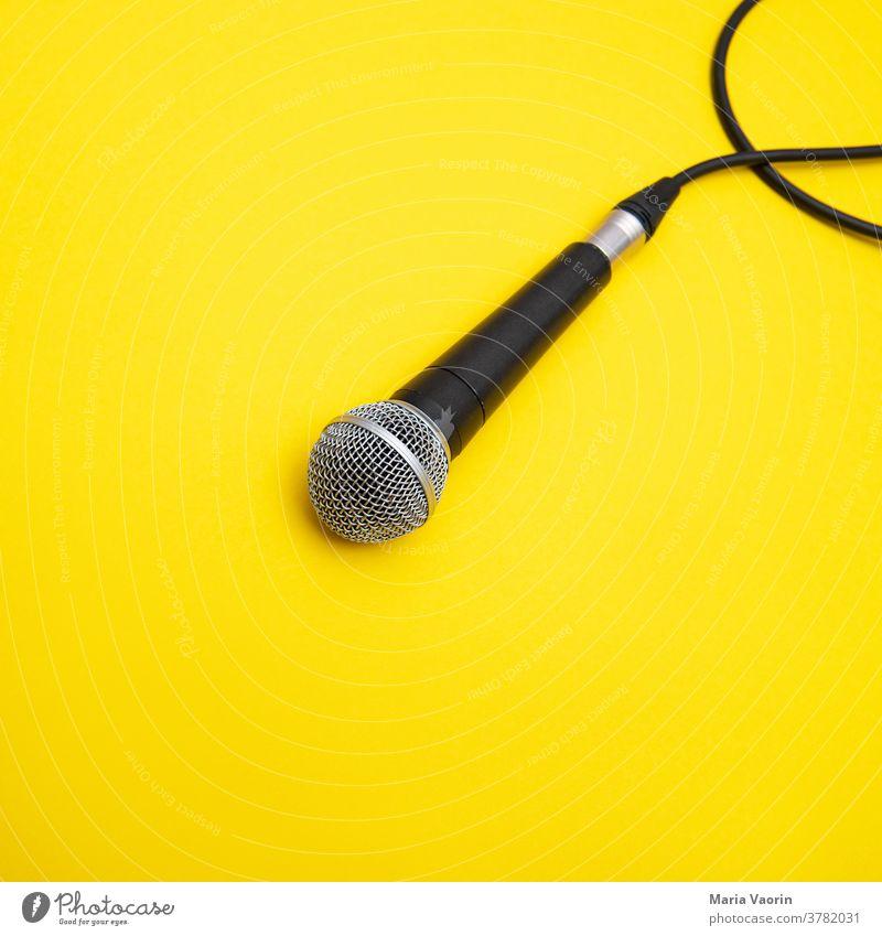 Mic Drop Mikrofon mikro Musik Konzert Schnur Handmikrofon gelb farbiger Hintergrund Textfreiraum Rockmusik Podcast aufnahme aufnehmen