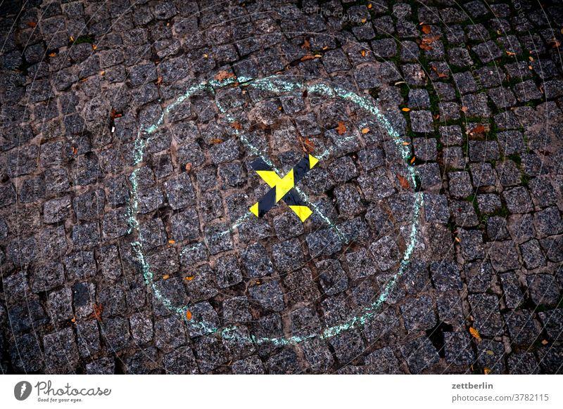 Kreuz auf einem Kreuz in einem Kreis berlin froschperspektive hauptstadt innenstadt mitte platz straßenfotografie street photography szene urban kreuz x kreis