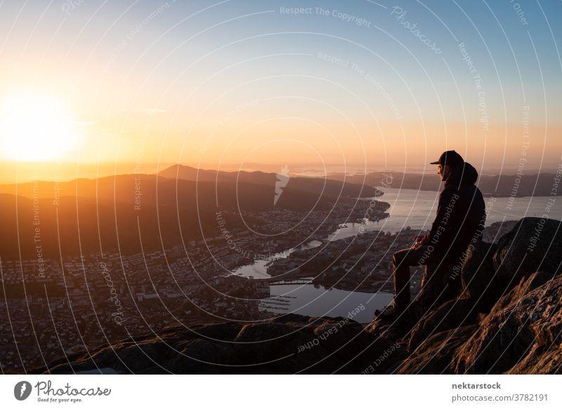 Mann blickt über Stadtlandschaft mit Bergen und Fjord Stadtbild Norwegen Vogelschau Panorama Großstadt Geografie Berge u. Gebirge sieben Berge