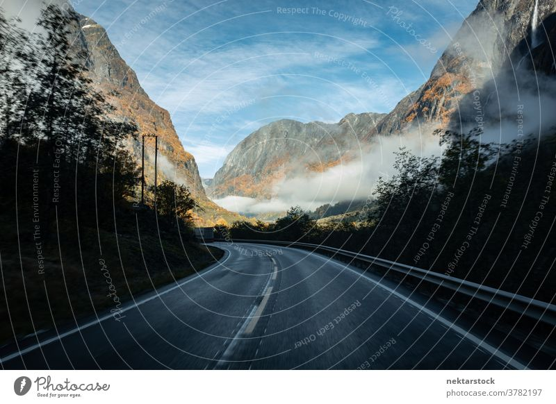 Bergautobahn im Herbst mit Fluchtpunkt Straße Autobahn Nebel Cloud Landschaft Norwegen Norden Berge u. Gebirge gebirgig Sichtweise pov keine Menschen niemand