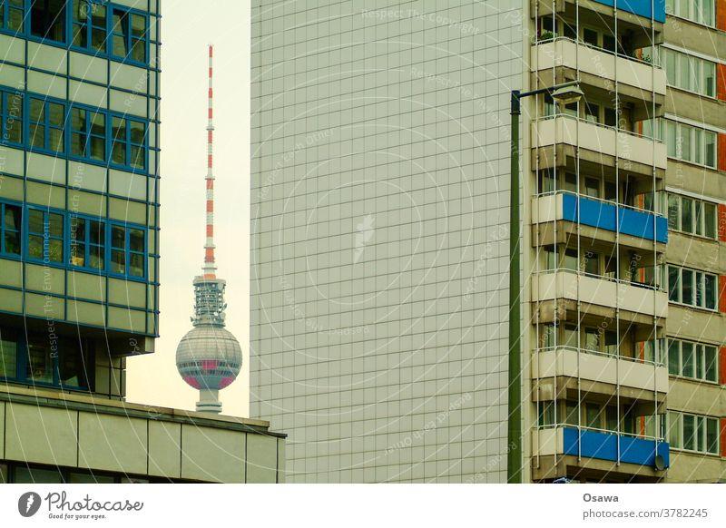Berliner Fernsehturm zwischen zwei Plattenbauten Gebäude Alexanderplatz Turm Wahrzeichen Architektur Sehenswürdigkeit Hauptstadt Stadtzentrum Berlin-Mitte