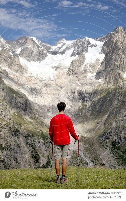 Kontemplations- und Meditationskonzept: nicht wiederzuerkennender Blick eines Teenagers auf eine wunderbare Berglandschaft Berge u. Gebirge Gletscher wandern