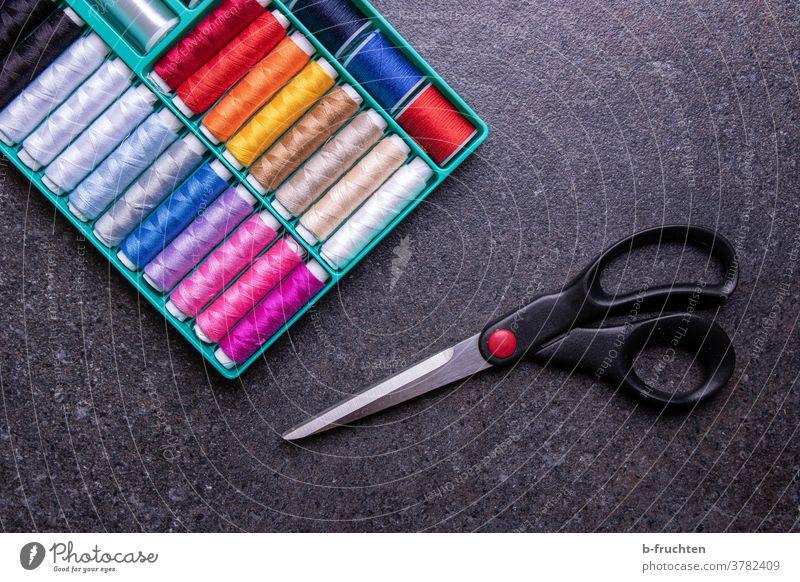 Nähgarn in verschiedenen Farben, Garnrollen, Schere Zwirn Nähen Handarbeit Handwerk Schneider Schneidern nähen Freizeit & Hobby Kreativität Nähgarnbox Faden
