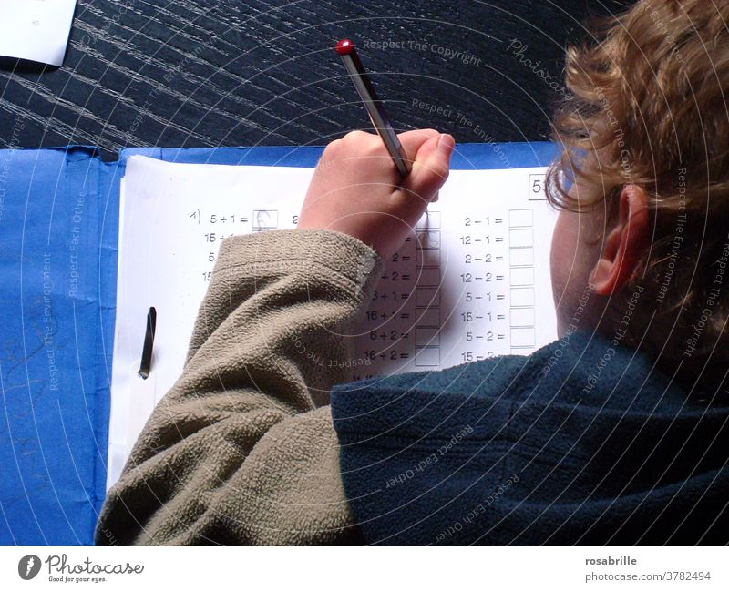 lebensnotwendig | gute Schulbildung, Kind macht Hausaufgaben Schule lernen Grundschule Schüler Grundschüler üben Schulkind Mathe Mathematik rechnen Junge