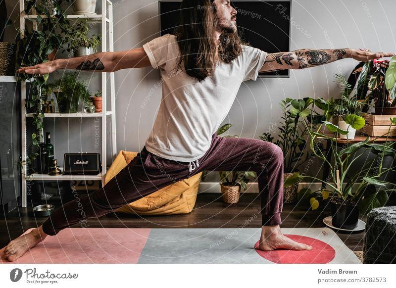 Yogamann Gesunder Lebensstil nachdenklich meditierend Gleichgewicht sportlich üben Erholung Lifestyle Sport Fitness Sport-Training Yogamatte maskulin Mann