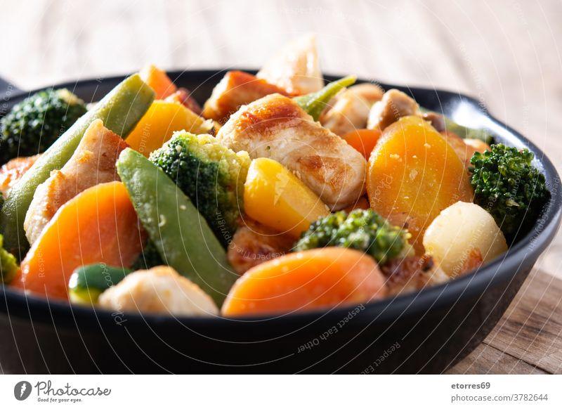 Brathähnchen mit Gemüse auf Eisenpfanne umrühren asiatisch schwarz Brokkoli Möhre Hähnchen Chinesisch Essen zubereiten Küche Diät Abendessen Lebensmittel braten