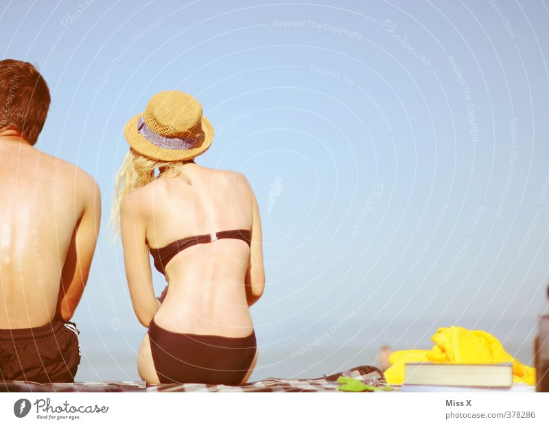 Zwei am Strand Erholung ruhig Ferien & Urlaub & Reisen Sommer Sommerurlaub Sonne Sonnenbad Meer Mensch Frau Erwachsene Mann Paar Partner Leben 2 18-30 Jahre