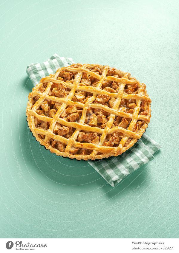 Apfelkuchen minimalistisch auf einem grünen Tisch. Hausgemachte Apfeltorte. 4. Juli obere Ansicht Amerikaner Hintergrund gebacken Bäckerei Kuchen Weihnachten