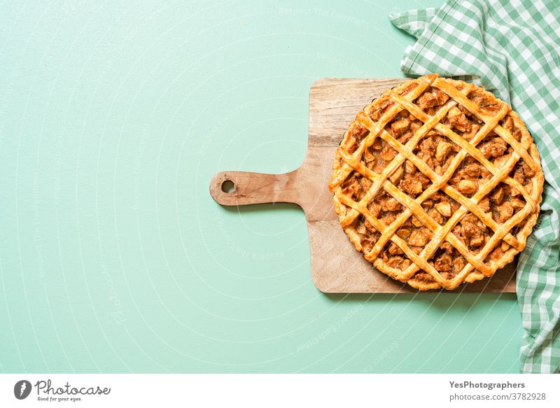 Apfelkuchen auf grünem Tisch, Draufsicht. Hausgemachte Apfelkuchen 4. Juli obere Ansicht Amerikaner Hintergrund gebacken Bäckerei Kuchen Weihnachten