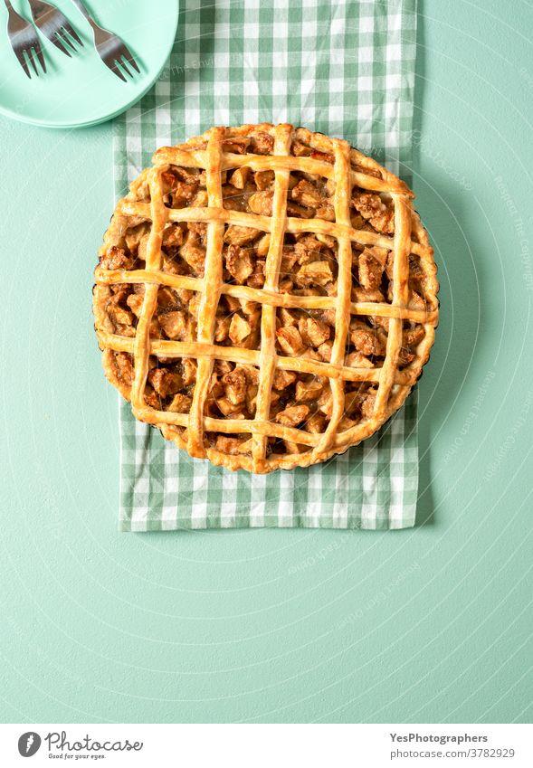 Hausgemachter Apfelkuchen, Draufsicht auf den grünen Tisch. Köstlicher Apfelkuchen. 4. Juli obere Ansicht Amerikaner Hintergrund gebacken Bäckerei Kuchen