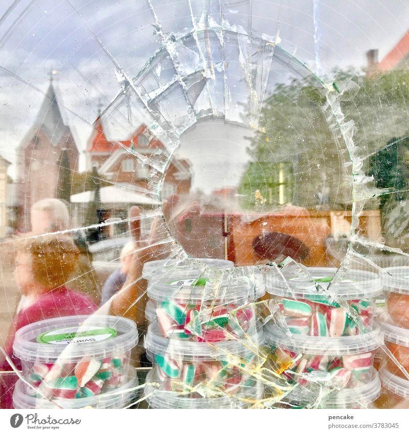 gefangen in plastik   befreiungsversuch Schaufensterscheibe Glas Splitter kaputt Geschäft beladen Plastik Plastikbox Einbruch süß Süßigkeiten Kunststoff