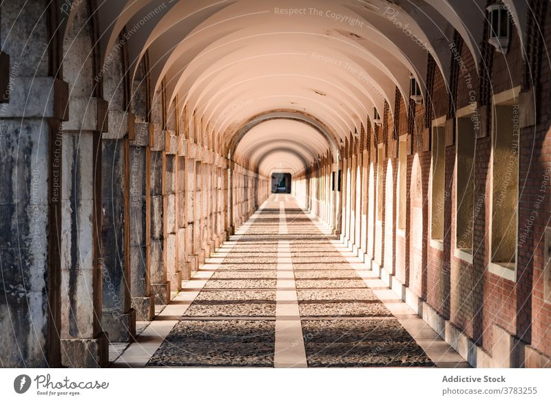 Gewölbte Passage mit Steinsäulen in der Stadt gewölbt Empore Durchgang Torbogen Laufsteg Spalte Architektur gealtert Sonnenlicht historisch Außenseite Gebäude
