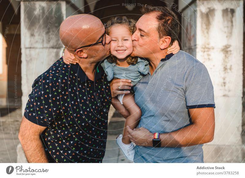 LGBT-Familie gemeinsam in der Stadt schwul Paar lgbt Kuss Männer Kind Vater Tochter Zusammensein Sommer Wochenende romantisch schließen Freiheit Partner gleich