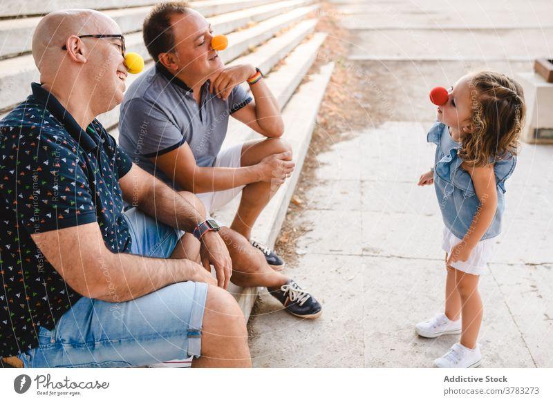 Homosexuelles Paar mit Kind hat Spaß lgbt Familie schwul Eltern Spaß haben spielen Homosexualität heiter annehmen Tochter Papa Vater Zusammensein Partnerschaft