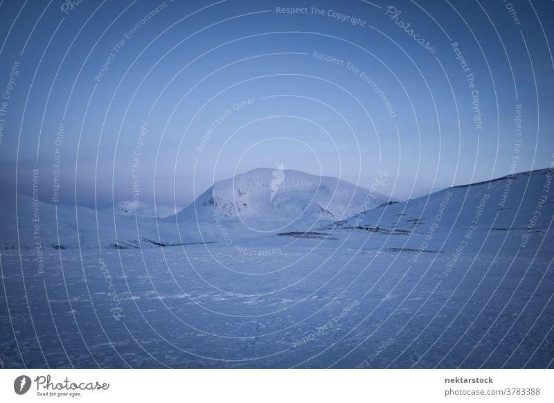 Schneebedeckte Landschaft und Berge Norwegen Winter Norden kalt natürliche Beleuchtung Natur im Freien szenische Darstellungen Himmel skandinavisch Skandinavien