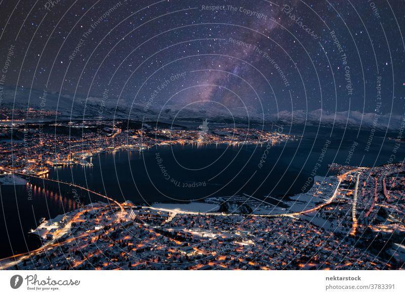 Beleuchtete nächtliche Stadtlandschaft von Tromsø mit Sternen am Himmel Stadtbild Nacht beleuchtet Milchstrasse sternenklar Winter panoramisch Vogelschau