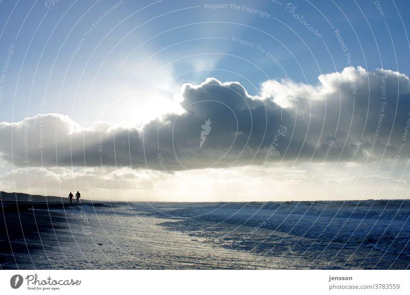 Strandspaziergang Sehnsucht Himmel Wolken Sonnenlicht Meer Meereslandschaft weite Einsamkeit stille Freiheit Urlaub Heimat Nordsee Fernweh Wellen Tourismus