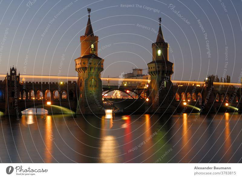 beleuchtete oberbaumbrücke in berlin über die spree Nacht Wahrzeichen Deutschland Oberbaumbrücke Fluss urban reisen Verkehr Spree berühmt Szene Großstadt Brücke