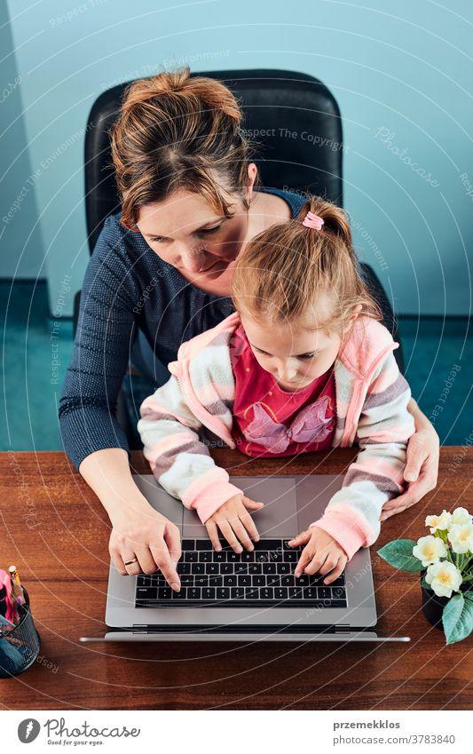 Kleines Mädchen im Vorschulalter lernt online Puzzles zu lösen, indem es zu Hause auf dem Laptop Lernspiele spielt Aufmerksamkeit Kaukasier Kind Kindheit