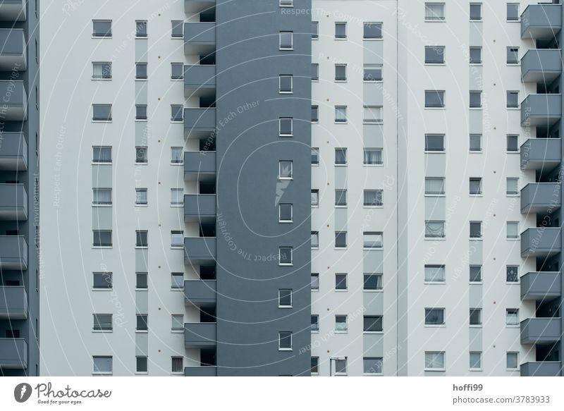 triste graue Betonfassade mit Balkonen Tristesse modern Fassade Großstadt Struktur urban Gebäude Hochhaus Appartement Außenaufnahme Design Architektur