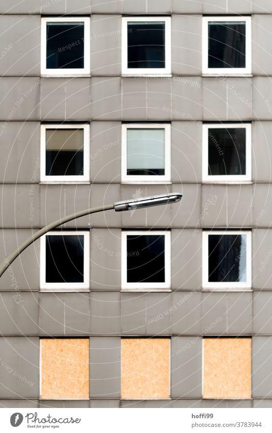 bevorstehender Rückbau eines 50er Jahre Hochhauses Abriss Abrissgebäude alt Laternenpfahl laternenmast Straßenbeleuchtung Leerstand Tristesse urban Fassade