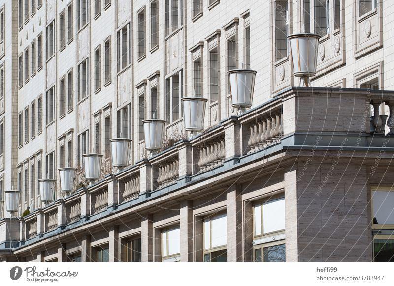 Lampenreihe und Fassade in diagonaler Ansicht eines Gebäude des sozialistischen Klassizismus lampenreihe sozialistischer Klassizismus sozialistischer Städtebau