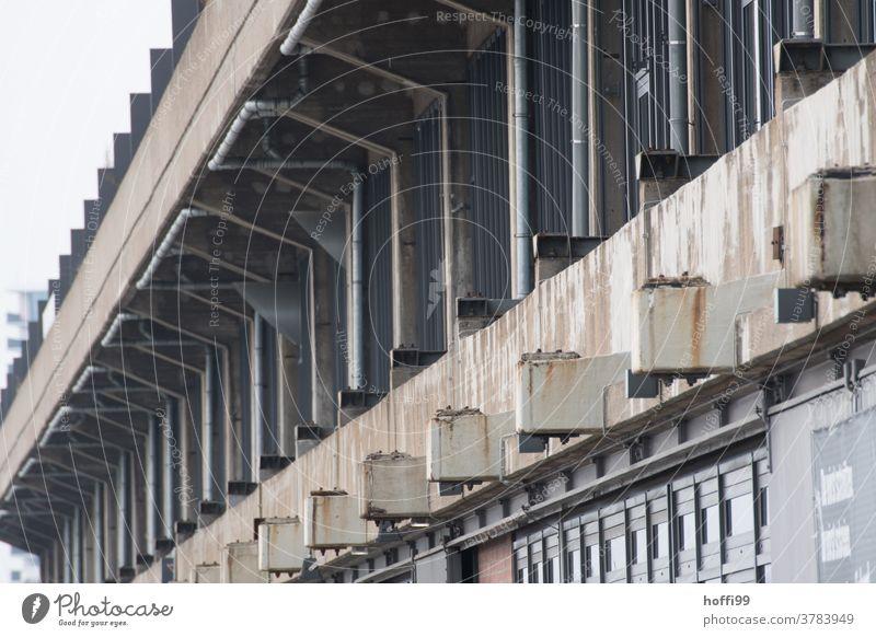 Außanansicht einer alte Lagerhalle mit Spuren von Rost trist wartezone 50ger Jahre Hafen Logistikbereich logistik Halle Schuppen Industrie Gebäude Fassade