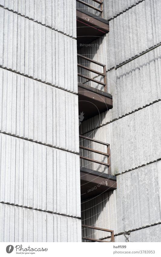 wuchtig schwere Aussengeländer an einer Betonfassade - Sichtbeton im Brutalismus Geländer Stahl Architektur grau Wand Mauer Fassade betonelement Bauwerk trist
