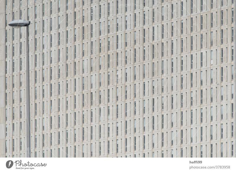 monotone Aussenfassade mit Straßenbeleuchtung Fassade grau Tristesse kahl Jalousie Rollladen Gebäude Strukturen & Formen einfach hässlich Architektur Linie