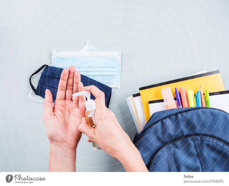 Neues Schulset mit Gesichtsmaske, Desinfektionsmittel Rucksack covid-19 Mundschutz zurück zur Schule bewerben reiben medizinisch Coronavirus Kind Buch