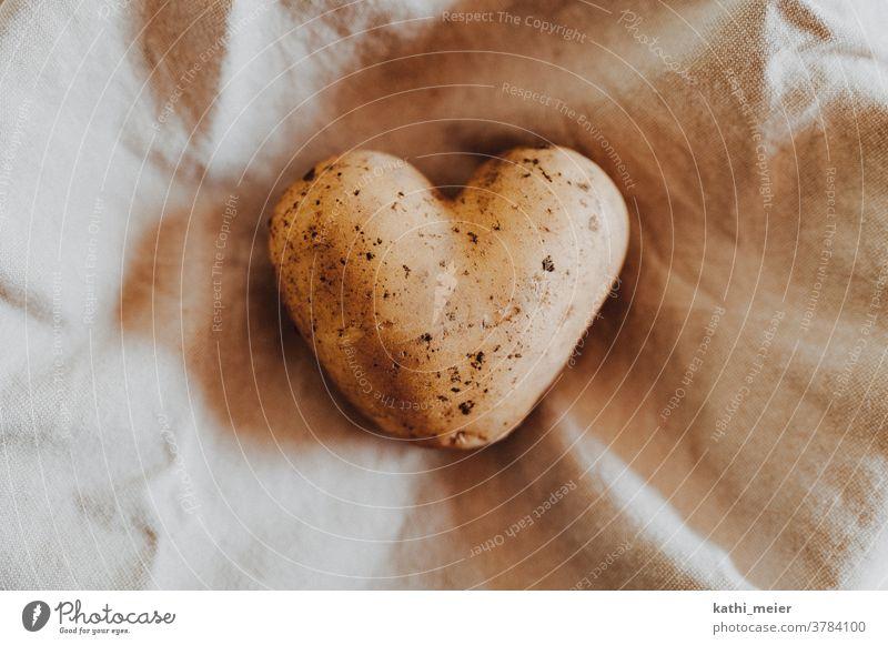 Herz aus Kartoffel - auf hellem Stoff Gemüse Gesunde Ernährung Vegetarische Ernährung Lebensmittel Bioprodukte Vegane Ernährung Foodfotografie