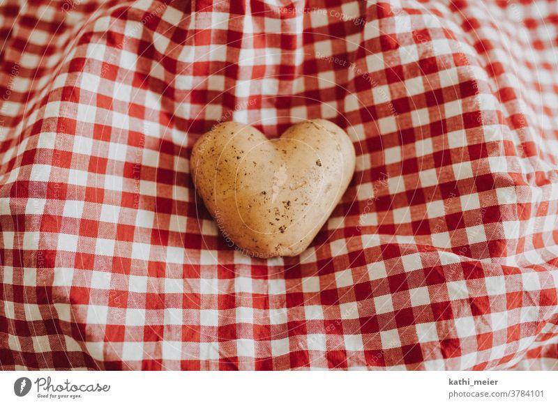 Herz aus Kartoffel - auf Karo Gemüse Gesunde Ernährung Vegetarische Ernährung Lebensmittel Bioprodukte Vegane Ernährung Foodfotografie